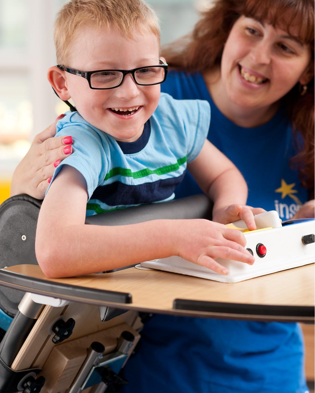 Bipedestadores: Un desafío físico para niños con necesidades especiales